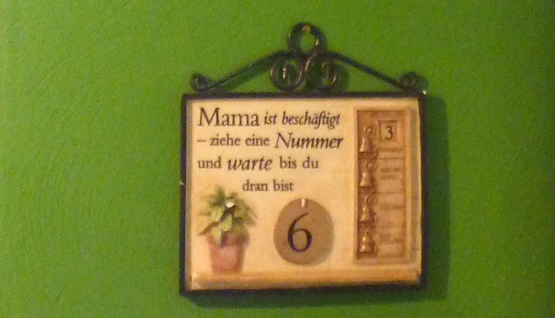 Bild in der Küche: Mama ist beschäftigt - ziehe eine Nummer und warte bis du dran bist!