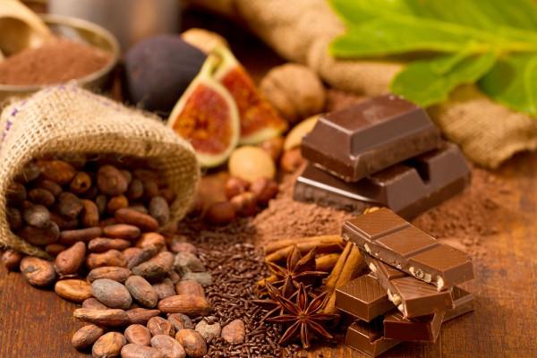Schokolade und Kakaobohnen