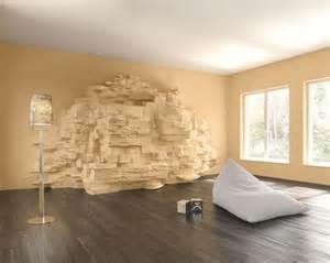 warme cremefarbene Steinwand, die 3-dimensional in den Raum ragt